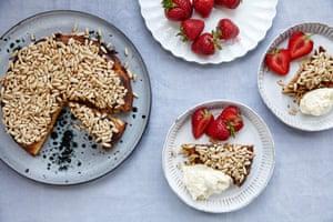 Tarta de almendras Jeremy Lee con fresas y nata.