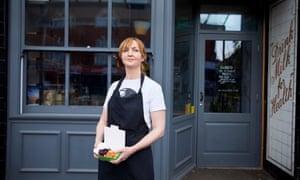 La chef Mary-Ellen McTague en su restaurante, The Creameries, en Chorlton, al sur de Manchester.