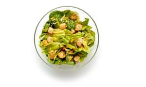 La base de una ensalada César antes de agregar pollo, pescado o huevos.