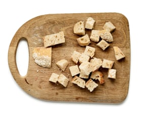 Piezas de pan en una tabla de cortar