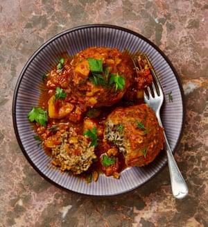 Yotam Ottolenghi kofteh de arroz con salsa de tomate y cúrcuma.