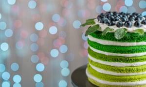 Hermoso bizcocho pastel de feliz cumpleaños con mascarpone y uvas en el pastel de pie en luz festiva bokehEFC4JG Hermoso bizcocho pastel de feliz cumpleaños con mascarpone y uvas en el pastel de pie en luz festiva bokeh