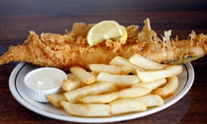 """""""Pedazos de eglefino como góndolas venecianas doradas y burbujeantes"""": pescado y papas fritas Whitby Magpie."""