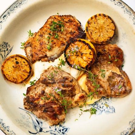 Pollo a la parrilla con za'atar y tahini.