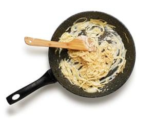 Flammekuche de Felicity Cloake 4. Fríe las cebollas y agrega la crema fresca.