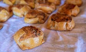 Flaounes, los pasteles chipriotas tradicionales hechos de halloumi