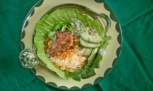 Las hamburguesas vegetarianas halloumi de David Frenkiel y Luise Vindahl, servidas en una hoja de col.