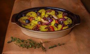 Patata provenzal gratinada con aceitunas y tomillo de limón.