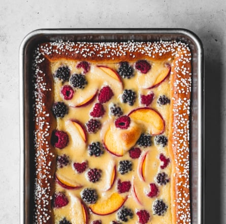 Bollos de tarta de frutas con crema fresca de Edd Kimber.
