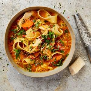 Sopa de pollo y parmesano de Yotam Ottolenghi con pappardelle