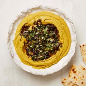 Yotam Ottolenghi salsa de arvejas amarillas con cebolla y salsa de alcaparras.