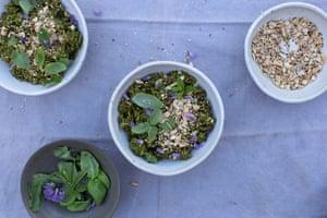 Verduras verdes y cazuela de arroz de Anna Jones.