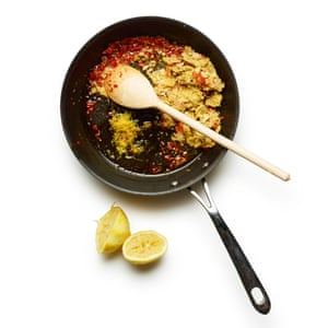 Felicity Cloake 04 Linguine de cangrejo: comience con la salsa.