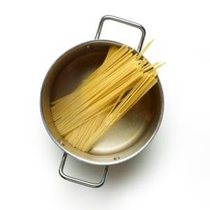 Felicity Cloake 03 Linguine de cangrejo Cocine la pasta.