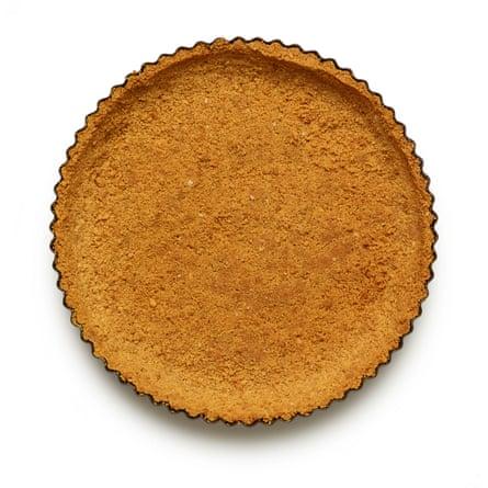 Felicity Cloakes 04 Perfect Lime Pie. Agregue la mantequilla derretida y la sal, luego vierta en la sartén y presione firmemente en la base y los lados. Hornee en el horno durante 15 minutos, hasta ; secar al tacto, luego dejar enfriar.