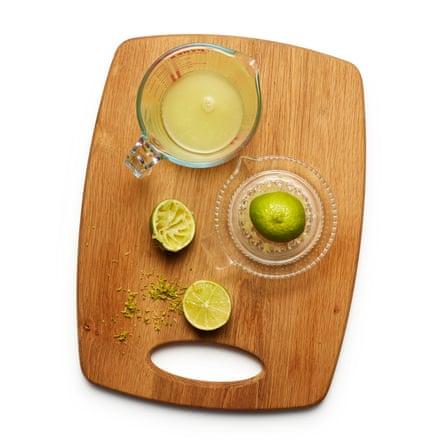 Felicity Cloakes 02 Perfect Lime Pie: ralla finamente la ralladura de cuatro limas en un tazón grande.