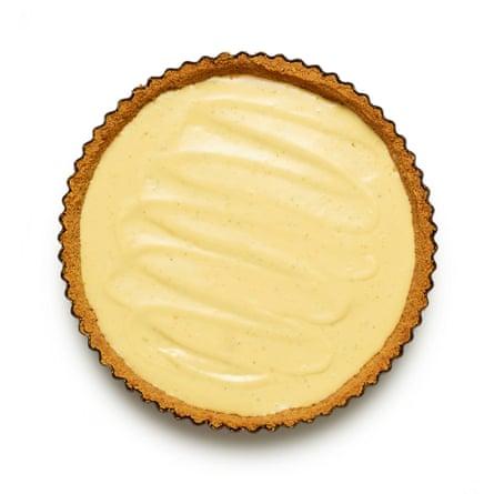 Felicity Cloakes 06 Perfect Lime Pie. Vierta el relleno en la cáscara enfriada y refrigere durante al menos tres horas hasta que esté listo.