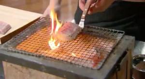 la llama se eleva en el hibachi