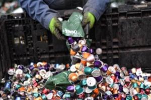 Les dosettes Nespresso sont recyclées dans le Cheshire en 2017.