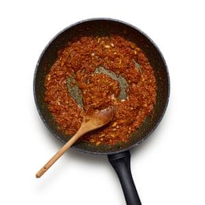 Felicity Cloake's Goan Fish Curry 04. Saltee la cebolla, agregue el masala, luego agregue el tomate y cocine hasta que esté casi seco.