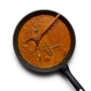 Felicity Cloake's Goan Fish Curry 05. Agregue gradualmente la leche de coco, luego haga lo mismo con agua, agregue los pimientos picados y hierva.