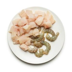 Felicity Cloake's Goan Fish Curry 06. Corta el pescado y su caparazón en trozos y despierta los camarones.