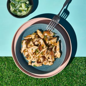 Ensalada de pollo y pepino en gelatina por Simon Hopkinson.