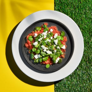 Ensalada de frijoles, eneldo y tomate de Georgina Hayden.