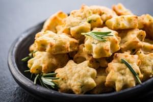 las galletas están hechas con parmesano y romero
