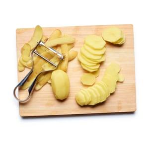 Tortilla española 01 de Felicity Cloake. Pelar y cortar las papas en rodajas.