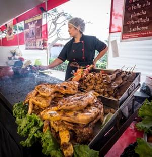 Un vendedor ambulante que vende pollo y anticuchos en el distrito de Barranco de Lima.