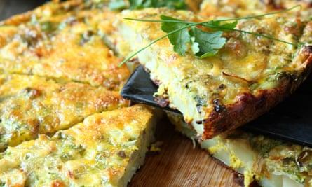 Frittata italiana con verduras frescas en rodajas, comida D94J30 Frittata italiana con verduras frescas en rodajas, comida