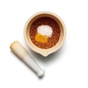 Pescado al curry al curry de Felicity Cloake 01. Tostar la mezcla de especias y luego molerla hasta obtener un polvo. Comience con la mezcla de especias.