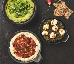 Salsa de Yotam Ottolenghi (en el sentido de las agujas del reloj desde la parte superior izquierda): aguacate y habas, espinacas con yogur filtrado y mantequilla de chile, y hummus de frijoles con pimiento rojo y pasta de nueces.