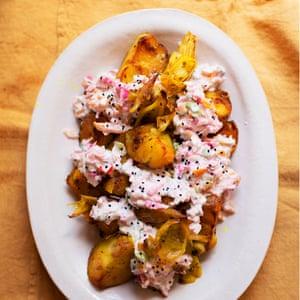 Patatas asadas con especias, remolacha raita.