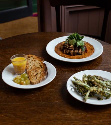 Berenjena agridulce farinata, buñuelos de frijoles y camarones en maceta, en la taberna Clarence.