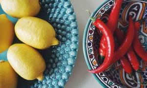 Mezcle todo ... solo agregue aceite de sésamo y tamari al jugo de limón y al chile rojo para hacer un delicioso aderezo de fideos.