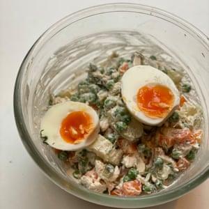 Huevos duros cortados por la mitad y aderezo ligero: ensalada rusa de Alissa Timoshkina.