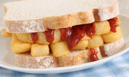 Un chip butty con salsa de tomate