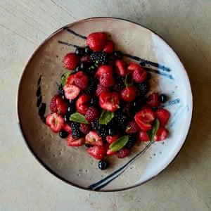 Ensalada de frutas mixtas de Nik Sharma con chile y frutas o vinagre de jerez.