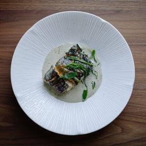Bacalao asado con miso en salsa de algas, en Curlew, East Sussex.