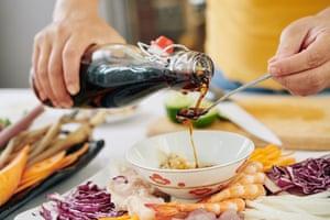 """""""Agregue salsa de soja a todo"""", incluso al aderezo."""
