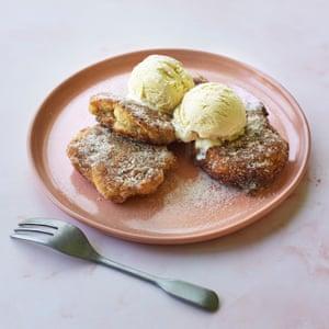 Buñuelos de plátano de Tanya con azúcar de canela.