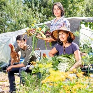 La granjera Ruby Radwan, con su hija Asiyla y su hijo Ali