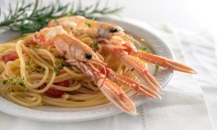 Espaguetis con langostinos.