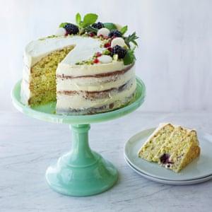 Tarta de chocolate blanco, mora y pistacho de Sarah. Accesorio estilo Kate Whitaker. Peinado de comida Jules Mercer.
