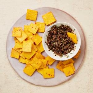 Yotam Ottolenghi & # 39; s parmesano polenta patatas fritas y tapenade de aceitunas.
