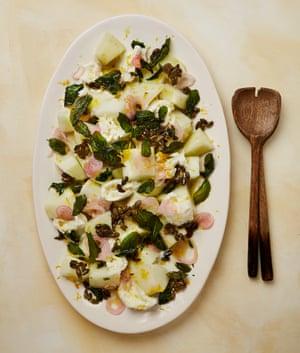 Ensalada de melón Yotam Ottolenghi con queso feta o mozzarella, chalotas marinadas y pipas de calabaza caramelizadas.