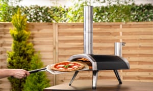 Parte de la acción: un horno de pizza de mesa de Ooni