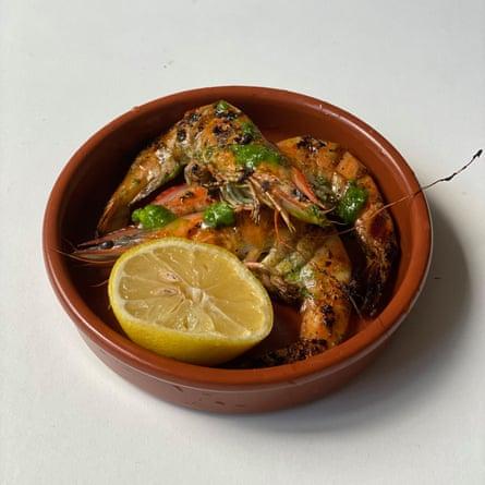 Echa un vistazo al 'aceite de ajo y perejil verde brillante' en los camarones al ajo de Frank Camorra